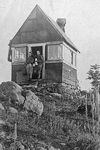 The original lookout on Tumala Mountain, pictured in 1916 (USFS photo)