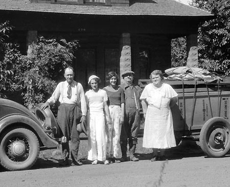 A closer view of the Day family (Source: Hood River History)