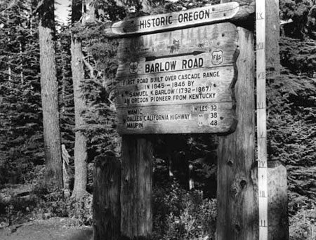 """Original """"Historic Oregon"""" sign at Barlow Pass in the 1940s (Wikimedia Commons)"""