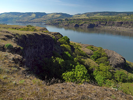 Spectacular river views reward hikers on the Rowena Plateau trail