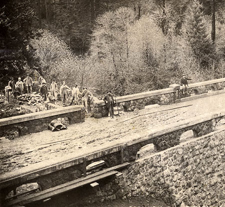 Standard capped arches under construction at the Eagle Creek Bridge in 1915