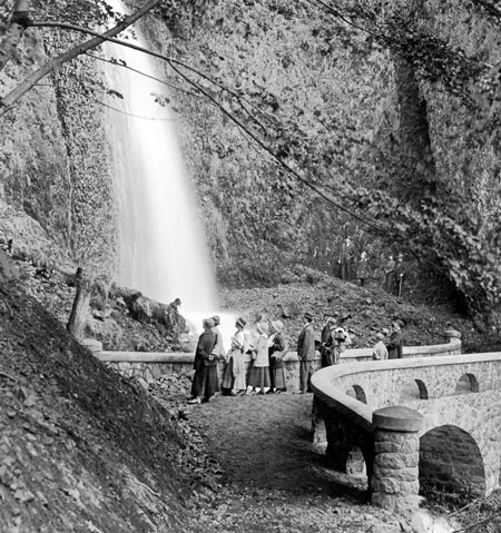 New capped arch walls at Wahkeena Falls in 1917